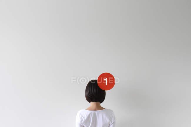 Mulher com um ícone de notificação na cabeça — Fotografia de Stock
