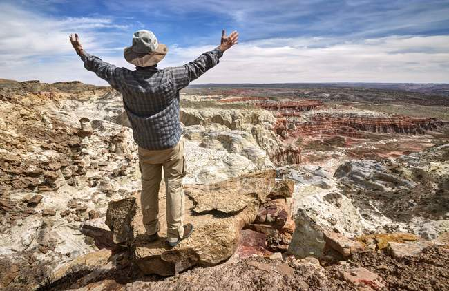Hiker standing on mountaintop with arms outstretched, Grand Staircase-Escalante National Monument, Utah, America, USA — Stock Photo
