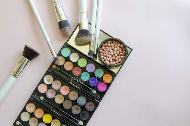 Palette ombretti e pennelli per il trucco — Foto stock