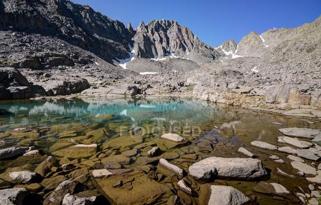 Scenic view of Payne Lake and Gendarme Peak, Inyo National Forest, California, America, USA — Stock Photo