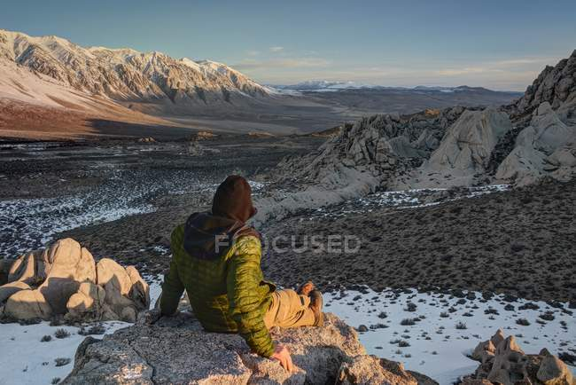 Hiker looking at Wheeler Ridge at Sunrise, Inyo National Forest, California, America, USA — стокове фото