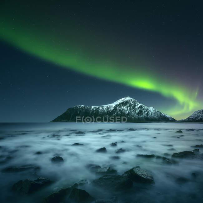 Живописный вид на величественное северное сияние, Лоффель, Норвегия — стоковое фото