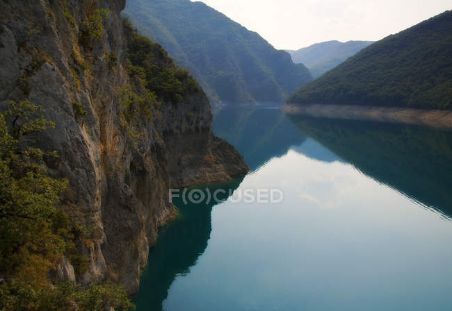 Мальовничий вид на гори роздуми у піва озера, Чорногорія — стокове фото