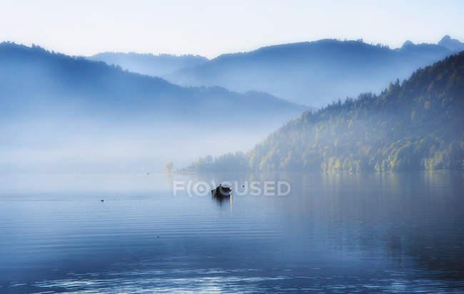 Vista distante do homem em barco a remo no lago Aegeri, Zug, Suíça — Fotografia de Stock