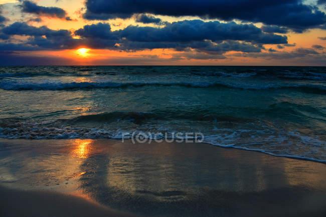 Vue panoramique sur la plage au coucher du soleil, Majorque, Espagne — Photo de stock
