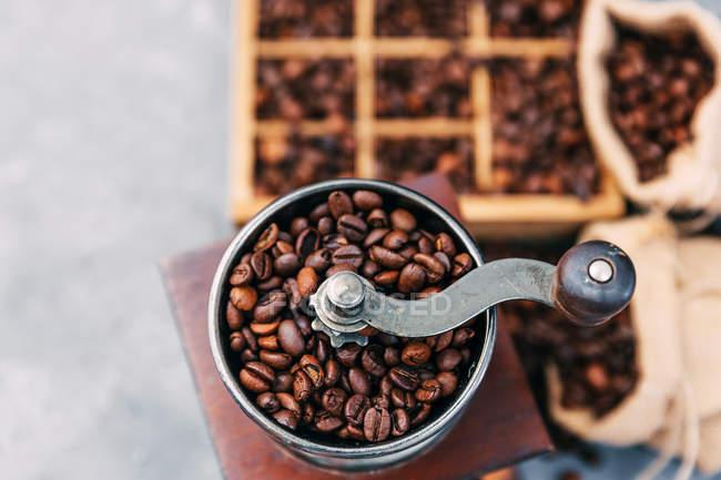 Holzkiste mit Kaffeebohnen und Kaffeemühle — Stockfoto