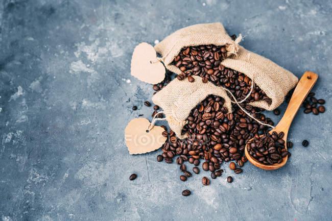 Вид сверху на мешки кофейных зерен — стоковое фото