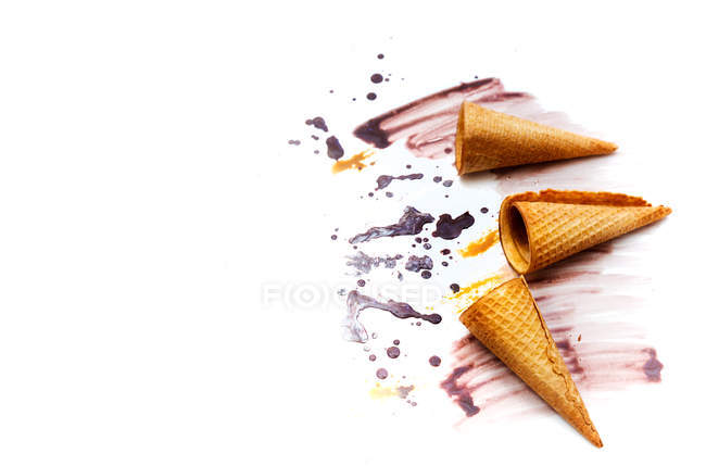 Конуси морозива і розплавлений морозива крупним планом — стокове фото
