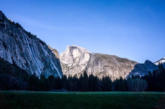 Vue panoramique du Half Dome, Yosemite Valley, parc National de Yosemite, en Californie, Amérique, Usa — Photo de stock