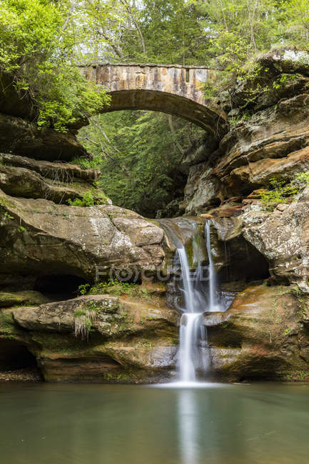 Живописный вид на Водопад, Государственный парк Хокинг Хиллз, Огайо, Америка, США — стоковое фото