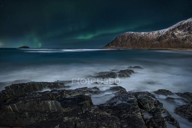 Vista panorâmica das majestosas luzes do norte, Lofoten, Flakstad, Nordland, Noruega — Fotografia de Stock
