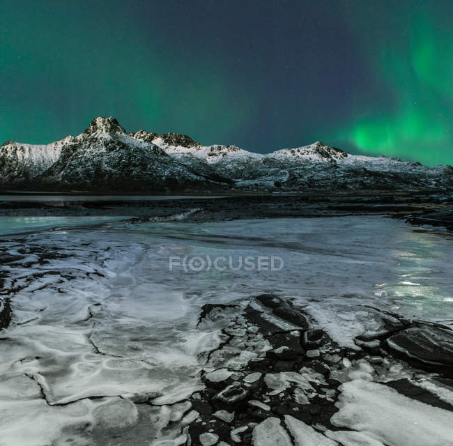Vista panorâmica da majestosa aurora boreal, Lofoten, Flakstad, Nordland, Noruega — Fotografia de Stock