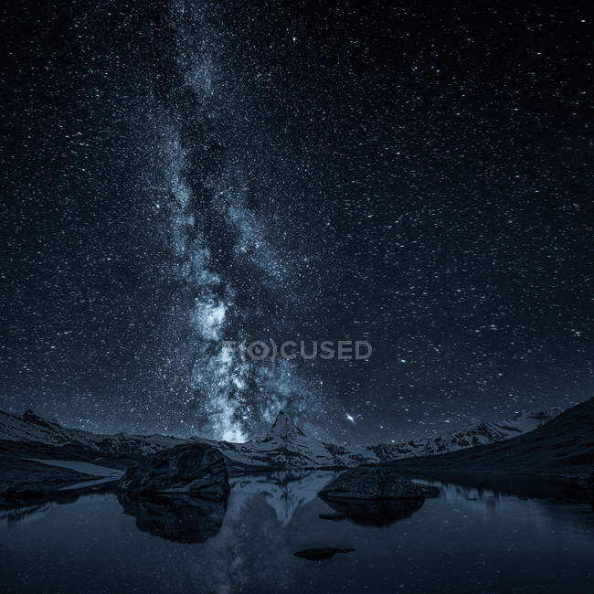 Scenic view of majestic night sky over Matterhorn, Zermatt, Switzerland — Stock Photo