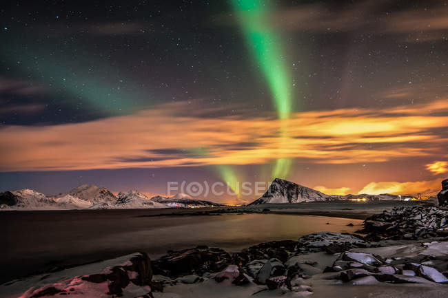 Scenic view of majestic Northern lights over Offersoykammen mountain, Lofoten, Norway — Stock Photo