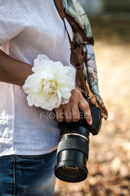 Mano della donna che tiene la macchina fotografica digitale — Foto stock