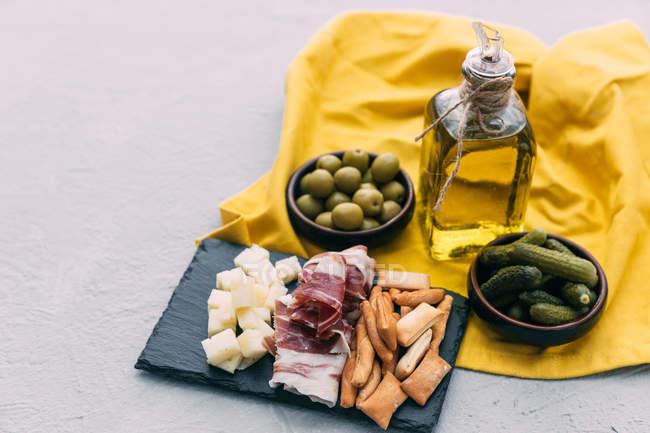 Іспанські тапас виділення з Серрано шинка, сир, корнішони та оливками — стокове фото