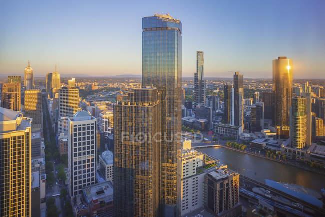 Vista aérea de la espectacular puesta de sol en el horizonte de la ciudad de Melbourne - foto de stock
