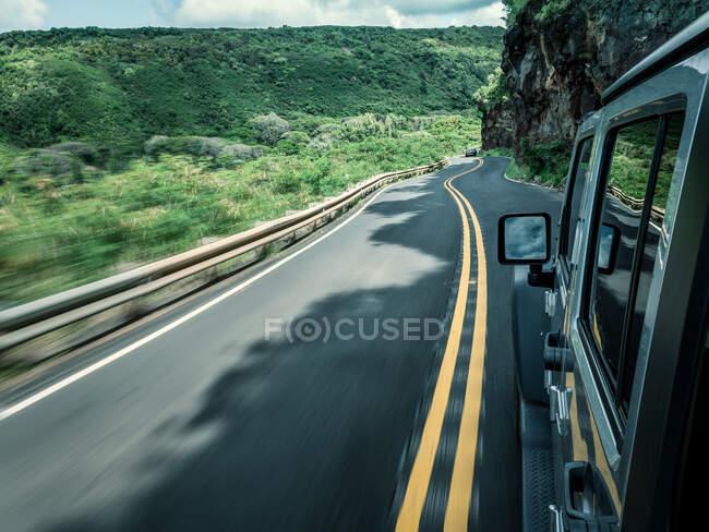 Вождение автомобиля по дороге, Мауи, Гавайи, Америка, США — стоковое фото