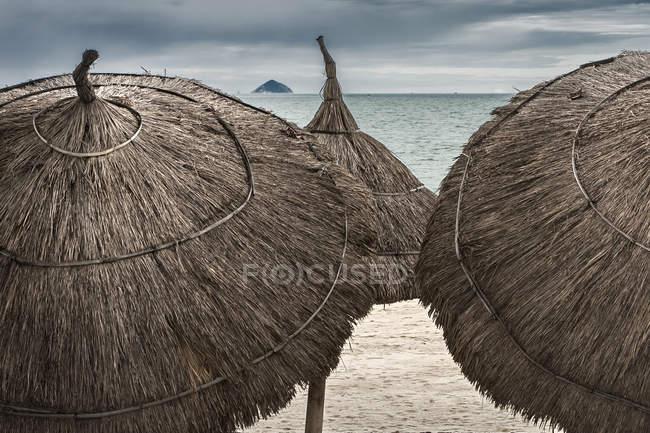 Крупний план парасольок на пляжі, пляж на Чанг, В'єтнам — стокове фото