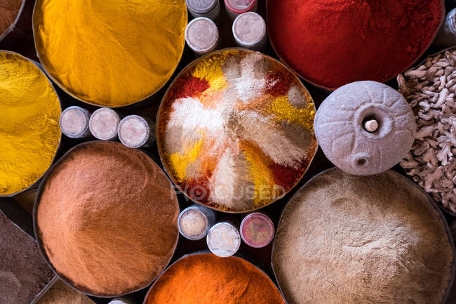 Vista aérea de diferentes especias en un mercado - foto de stock