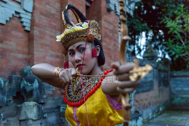 Жінка тримає лук і стрілу в традиційному танці Убуд, Балі, Індонезія — стокове фото