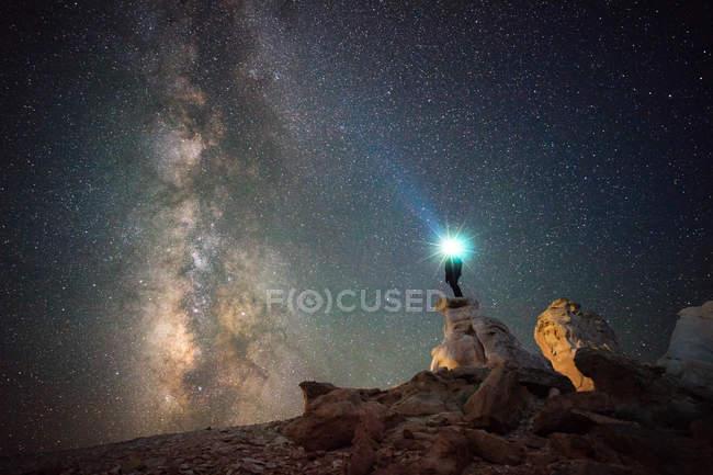 Homem com farol olhando estrelas, Capitol Reef National Park, Utah, América, EUA — Fotografia de Stock
