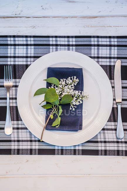 Festive table setting with fresh flowers — Stock Photo
