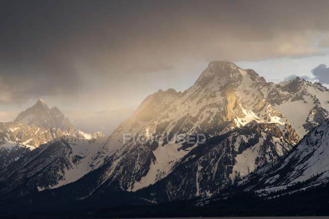 Мальовничий вид на Гранд Тітон гори на заході сонця, Джексон Хоул Вайомінг, Америка, США — стокове фото