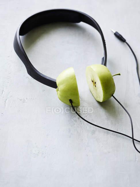 Крупным планом вид концептуальной наушников с apple — стоковое фото