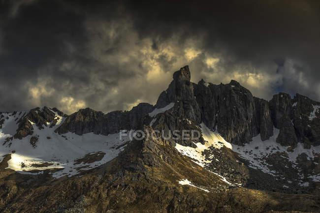 Мальовничий вид на гори Gauktinden, Myrland, Flakstad, Nordland, Норвегія — стокове фото