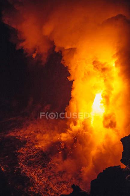 Close-up Lava fluindo de um tubo de lava no Oceano Pacífico, Havaí, América, Estados Unidos da América — Fotografia de Stock