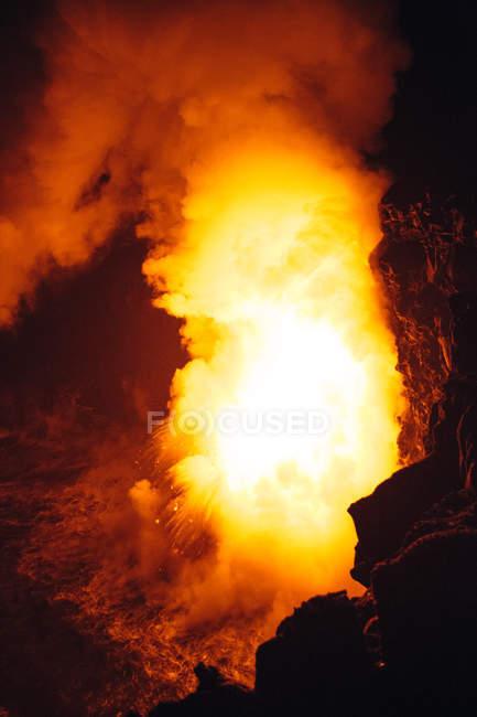 Gros plan Lave coulant d'un tube de lave dans l'océan Pacifique, Hawaï, Amérique, États-Unis — Photo de stock