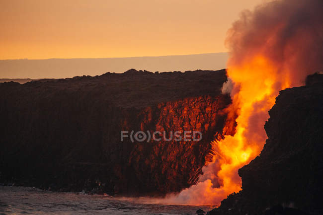 Lava flowing from a lava tube into Pacific ocean, Hawaii, America, USA — Stock Photo