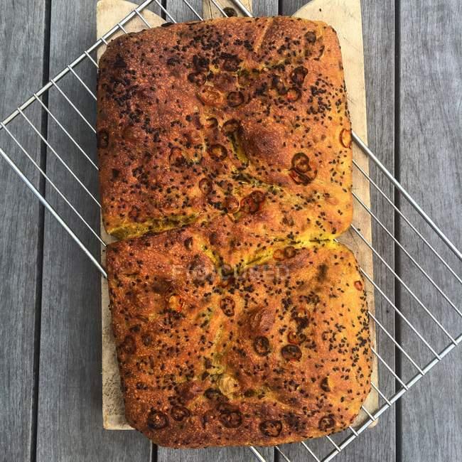 Pan de focaccia picante en un metal estante de enfriamiento - foto de stock