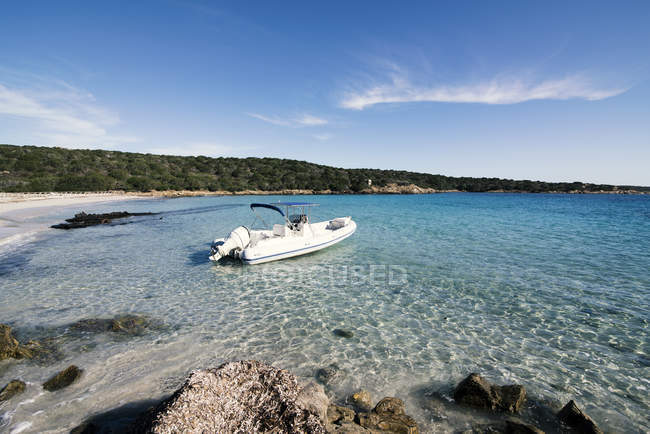 Motor boat anchored at the beach, Sassari, Sardinia, Italy — Stock Photo