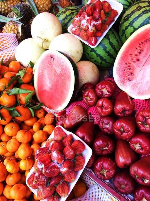 Closeup view of tropical fruits at a market — Stock Photo