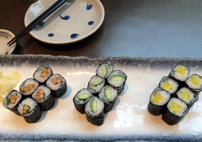 Підвищені подання вегетаріанські суші на плиті в кафе — стокове фото
