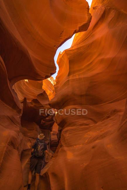 Homem caminhando pelo Lower Antelope Canyon, Página, Arizona, América, EUA — Fotografia de Stock