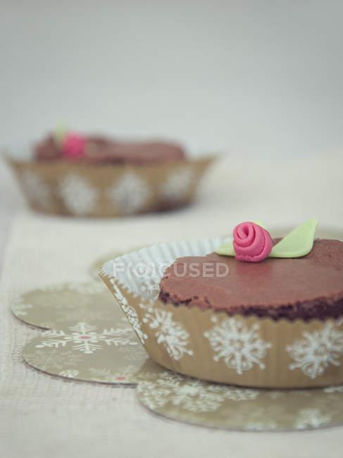 Brownie de chocolate decorado com gelo fundente — Fotografia de Stock