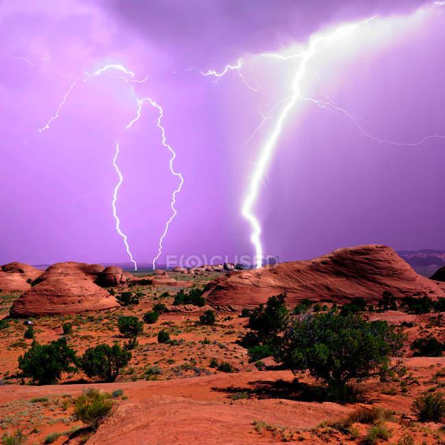 Uma representação de uma tempestade de relâmpagos intensa sobre Arizona Mystery Valley, EUA — Fotografia de Stock