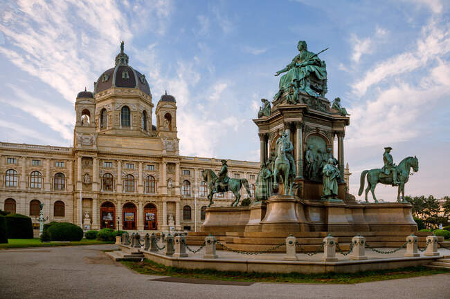 Sunrise at Maria-Theresien-Platz with the Vienna Museum of Natural History and Statue of  Empress Maria Theresa, Vienna, Austria — Stock Photo