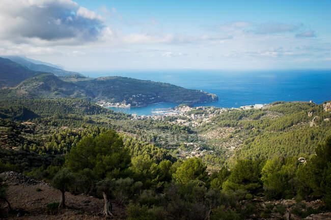 Vista dell'isola del Mar Mediterraneo e il cielo con montagne blu — Foto stock