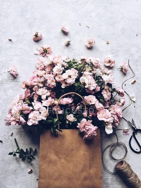 Closeup view of Pink flowers in a paper bag - foto de stock