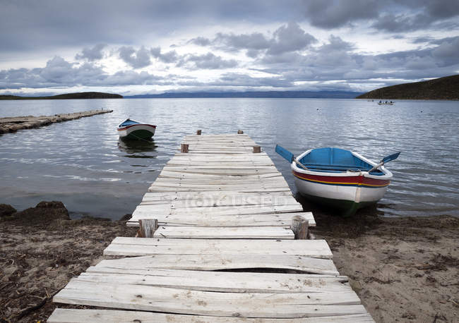 Botes de remos, Isla del Sol, Lago Titicaca, Boliva - foto de stock