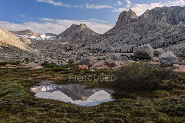 Гора Mcadie отражение в Тарн, Sequoia Национальный парк, штат Калифорния, Америка, США — стоковое фото