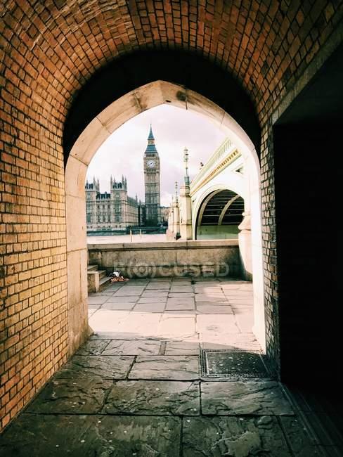 Big Ben visto através de um arco, Londres, Inglaterra, Reino Unido — Fotografia de Stock