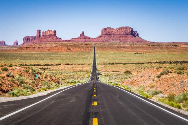 Мальовничий вид на дорозі, що веде до Долина монументів, штат Юта, Америка, США — стокове фото