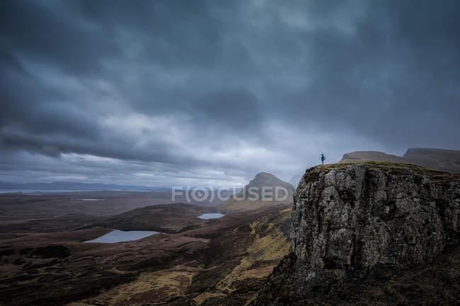 Pessoa que está sobre um penhasco na distância, Staffin, Isle do céu, Scotland, Reino Unido — Fotografia de Stock