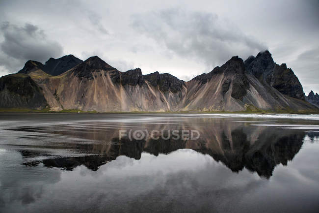 Vue panoramique sur les monts Stoksnes Beach et Vestrahorn, Islande — Photo de stock