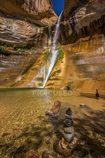 Живописный вид на каменные пещеры, водопад Лоуэр Теленок, Юта, Америка, США — стоковое фото